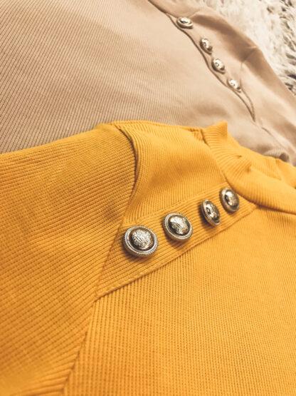 magas nyakú gombos ruha