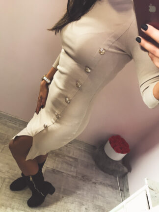 oldalán gombos ruha